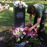 Thema: Grabpflege Leipzig -Ausputzen von Blumenschmuck
