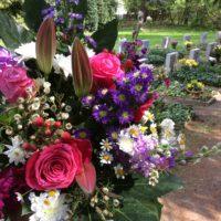 Thema: Grabpflege Leipzig - Lieferung von Blumenschmuck zum Gedenktag