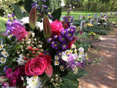 Lieferung von Blumenschmuck zu Gedenktagen