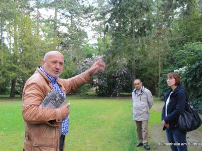 Führung auf dem Südfriedhof – Herr Alfred E. Otto Paul erklärt