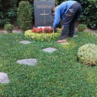 Grabpflege Leipzig - Das Heben der Trittplatten von Grabstellen