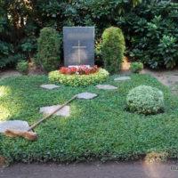 Thema: Grabpflege Leipzig - Heben der Trittplatten - Grabpflege Leipzig