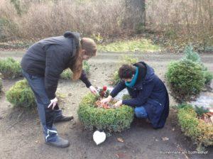 Grabpflege durch die Praktikanten der Blumenhalle