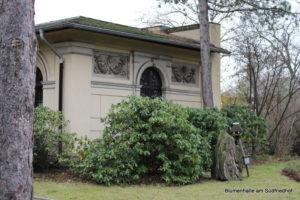 Relief am Verwaltungsgebäude - Nordfriedhof Leipzig