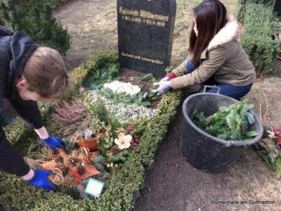 Abräumen der Winterabdeckung – Grabpflege Leipzig