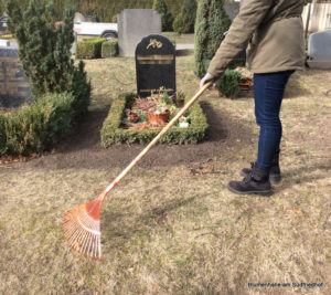 Ringsherum das Grab säubern