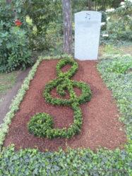 Grabgestaltung mit Violinschlüssel in der Ausbildung zum Friedhofsgärtner